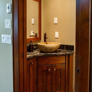 Стильный дизайн: маленький туалет в стиле кантри с фасадами в стиле шейкер, темными деревянными фасадами, коричневыми стенами, полом из сланца, настольной раковиной, столешницей из гранита и коричневым полом - последний тренд