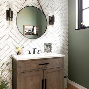 Idee per un bagno di servizio stile marino di medie dimensioni con ante in legno scuro, piastrelle bianche, pareti grigie, parquet chiaro, top bianco e mobile bagno freestanding