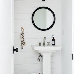 Cette photo montre un petit WC et toilettes nature avec un mur blanc, un sol blanc, un sol en carrelage de terre cuite et un lavabo de ferme.