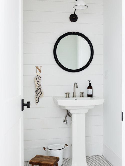 Kleine Country Gästetoilette Mit Weißer Wandfarbe, Weißem Boden, Mosaik Bodenfliesen  Und Sockelwaschbecken In