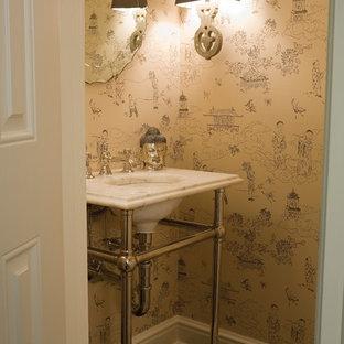 Imagen de aseo asiático, pequeño, con encimera de mármol, paredes multicolor, suelo de madera oscura y lavabo tipo consola