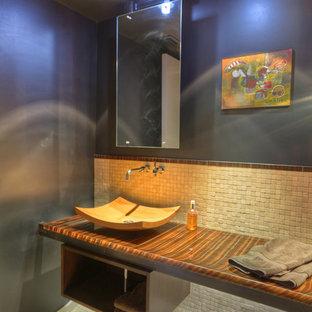 Foto di un bagno di servizio moderno di medie dimensioni con piastrelle beige, piastrelle marroni, piastrelle in pietra, pareti grigie, pavimento in pietra calcarea, lavabo a bacinella, top in onice, pavimento beige e top multicolore