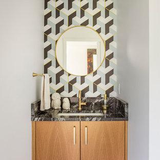 Неиссякаемый источник вдохновения для домашнего уюта: туалет в стиле ретро с плоскими фасадами, фасадами цвета дерева среднего тона, разноцветными стенами, врезной раковиной, коричневым полом и черной столешницей