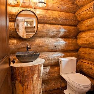 Exemple d'un WC et toilettes montagne de taille moyenne avec un WC séparé, un mur marron, un sol en bois foncé, une vasque, un plan de toilette en bois, un sol marron et un plan de toilette marron.