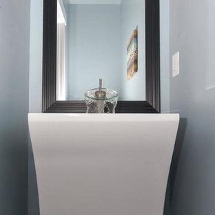 Kleine Moderne Gästetoilette mit blauer Wandfarbe, dunklem Holzboden und Sockelwaschbecken in Orange County