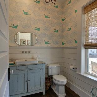 Удачное сочетание для дизайна помещения: туалет в стиле кантри с фасадами островного типа, синими фасадами, раздельным унитазом, синими стенами, паркетным полом среднего тона, настольной раковиной, столешницей из дерева и синей столешницей - самое интересное для вас