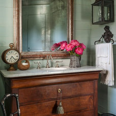 Farmhouse Powder Room by Maison Maison, Suzanne Duin Owner