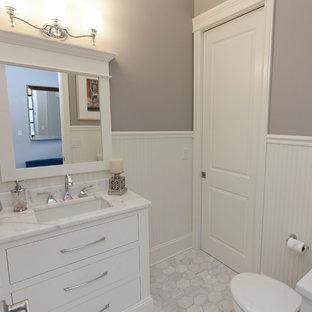 На фото: со средним бюджетом маленькие туалеты в стиле кантри с врезной раковиной, плоскими фасадами, белыми фасадами, мраморной столешницей, раздельным унитазом, серой плиткой, белой плиткой, серыми стенами и мраморным полом