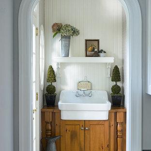 Foto de aseo de estilo de casa de campo, pequeño, con armarios con paneles empotrados, puertas de armario de madera oscura, encimera de madera, paredes blancas y encimeras marrones