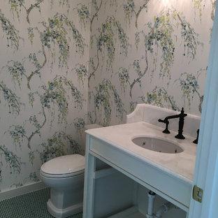 Пример оригинального дизайна: туалет среднего размера в стиле кантри с фасадами в стиле шейкер, белыми фасадами, врезной раковиной, мраморной столешницей, унитазом-моноблоком, белой плиткой, плиткой кабанчик, синими стенами, полом из керамогранита и бирюзовым полом