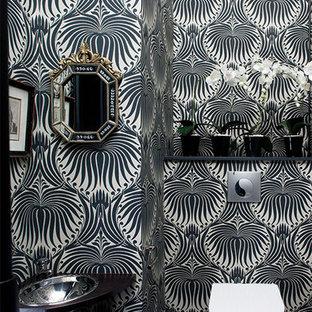 Modelo de aseo contemporáneo, pequeño, con armarios abiertos, sanitario de pared, suelo de baldosas de cerámica, lavabo encastrado y paredes multicolor