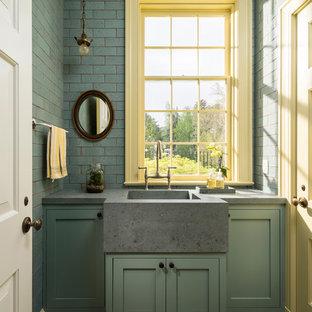 Idée de décoration pour un WC et toilettes tradition avec un placard à porte shaker, des portes de placards vertess, un carrelage métro, un lavabo intégré, un plan de toilette en béton, un sol multicolore, un carrelage beige et un carrelage bleu.