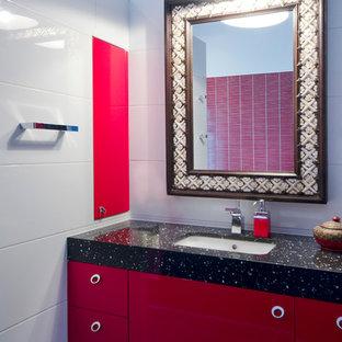 Inspiration pour un grand WC et toilettes bohème avec un lavabo encastré, un placard à porte plane, des portes de placard rouges, un plan de toilette en quartz modifié, un carrelage rouge, un mur blanc, un sol noir, des carreaux de céramique, un sol en carrelage de porcelaine et un WC à poser.