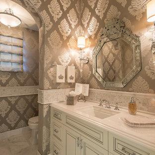 Неиссякаемый источник вдохновения для домашнего уюта: туалет среднего размера в средиземноморском стиле с врезной раковиной, фасадами с выступающей филенкой, белыми фасадами, белой плиткой, плиткой мозаикой, разноцветными стенами, столешницей из искусственного камня, раздельным унитазом и мраморным полом