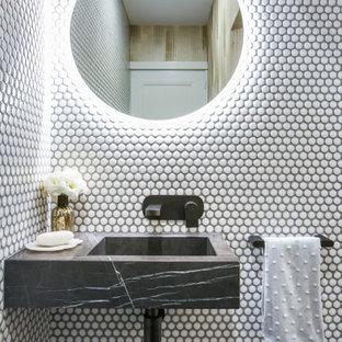 シドニーの小さいコンテンポラリースタイルのおしゃれなトイレ・洗面所 (黒いキャビネット、白いタイル、モザイクタイル、白い壁、壁付け型シンク、大理石の洗面台、黒い洗面カウンター、オープンシェルフ、フローティング洗面台) の写真