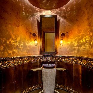 Esempio di un bagno di servizio mediterraneo con lavabo a bacinella, piastrelle multicolore e piastrelle a mosaico