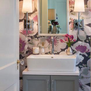 Maritim inredning av ett litet vit vitt badrum, med skåp i shakerstil, grå skåp, flerfärgade väggar och ett fristående handfat
