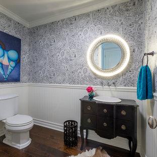 Idée de décoration pour un WC et toilettes design de taille moyenne avec des portes de placard noires, un placard en trompe-l'oeil, un mur multicolore, un sol en bois foncé, un lavabo posé, un plan de toilette en bois, un sol marron, un plan de toilette marron et un WC séparé.