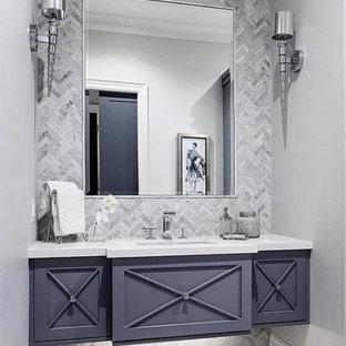 Стильный дизайн: туалет среднего размера в стиле модернизм с фасадами островного типа, синими фасадами, серой плиткой, мраморной плиткой, серыми стенами, врезной раковиной, столешницей из искусственного кварца и белой столешницей - последний тренд