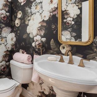 Cette image montre un très grand WC et toilettes traditionnel avec un mur rose, un sol en bois brun, un lavabo de ferme et un sol marron.