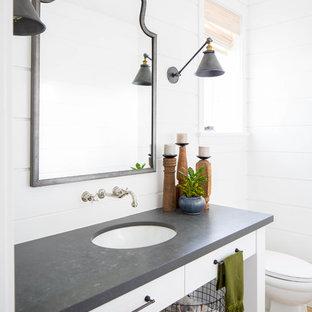 Идея дизайна: туалет среднего размера в стиле кантри с фасадами в стиле шейкер, белыми фасадами, белой плиткой, белыми стенами, паркетным полом среднего тона, врезной раковиной, бежевым полом и серой столешницей
