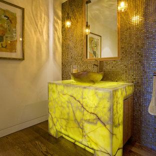 Exempel på ett modernt badrum, med bänkskiva i onyx, grå kakel, mellanmörkt trägolv och ett fristående handfat