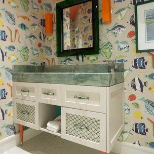 Esempio di un bagno di servizio stile marino con ante bianche, pareti multicolore, ante in stile shaker, lavabo rettangolare, pavimento alla veneziana e top verde