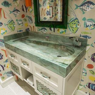Foto de aseo costero con puertas de armario blancas, paredes multicolor, armarios estilo shaker, lavabo de seno grande y suelo de terrazo