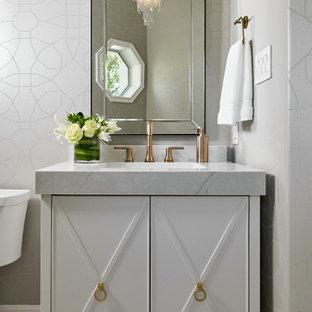 Idee per un piccolo bagno di servizio chic con consolle stile comò, ante bianche, pareti grigie, pavimento in marmo, lavabo sottopiano, top in quarzo composito, pavimento grigio, top grigio, WC a due pezzi e piastrelle grigie