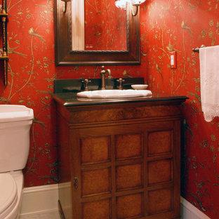 Неиссякаемый источник вдохновения для домашнего уюта: маленький туалет в классическом стиле с накладной раковиной, фасадами островного типа, фасадами цвета дерева среднего тона, столешницей из гранита, красными стенами и мраморным полом