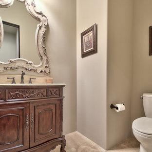 Ejemplo de aseo de tamaño medio con armarios tipo mueble, puertas de armario de madera en tonos medios, sanitario de dos piezas, paredes grises, suelo de travertino, lavabo bajoencimera, encimera de travertino, suelo beige y encimeras beige