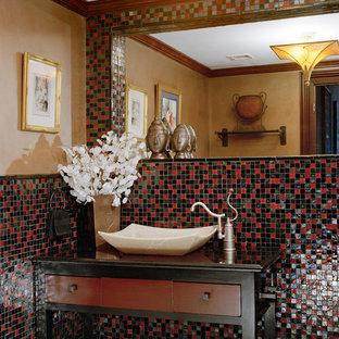 Foto di un ampio bagno di servizio mediterraneo con consolle stile comò, piastrelle nere, piastrelle rosse, piastrelle multicolore, pareti beige, lavabo a bacinella, top in legno e piastrelle a mosaico