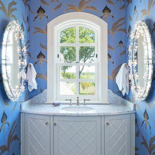 Inspiration för toaletter, med möbel-liknande, vita skåp, flerfärgade väggar, ett undermonterad handfat och vitt golv
