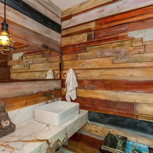 Aménagement d'un petit WC et toilettes contemporain avec un mur blanc, une vasque, un plan de toilette en marbre, un plan de toilette blanc, un WC séparé, un carrelage marron, du carrelage en ardoise, béton au sol et un sol gris.