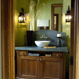 Выдающиеся фото от архитекторов и дизайнеров интерьера: огромный туалет в классическом стиле с фасадами с утопленной филенкой, темными деревянными фасадами, зелеными стенами, настольной раковиной и столешницей из талькохлорита