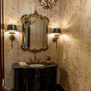Idee per un bagno di servizio tradizionale di medie dimensioni con consolle stile comò, ante in legno bruno, bidè, pareti beige, pavimento con piastrelle a mosaico, lavabo sottopiano, top in marmo e pavimento beige