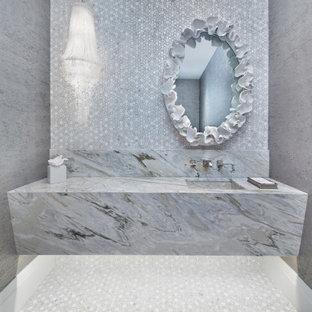 Стильный дизайн: туалет в средиземноморском стиле с серой плиткой, плиткой мозаикой, серыми стенами, монолитной раковиной, серым полом и разноцветной столешницей - последний тренд