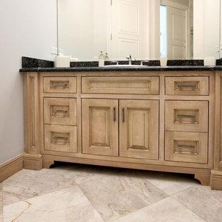 Стильный дизайн: маленький туалет в классическом стиле с фасадами с выступающей филенкой, светлыми деревянными фасадами, накладной раковиной, столешницей из гранита, белыми стенами, мраморным полом и бежевым полом - последний тренд