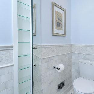 На фото: со средним бюджетом маленькие туалеты в морском стиле с раздельным унитазом, серой плиткой, белой плиткой, плиткой мозаикой, синими стенами, мраморным полом и серым полом