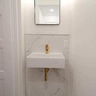 Неиссякаемый источник вдохновения для домашнего уюта: маленький туалет в современном стиле с инсталляцией, серой плиткой, мраморной плиткой, белыми стенами, мраморным полом, подвесной раковиной и белым полом