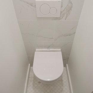 Идея дизайна: маленький туалет в современном стиле с инсталляцией, серой плиткой, мраморной плиткой, белыми стенами, мраморным полом, подвесной раковиной и белым полом