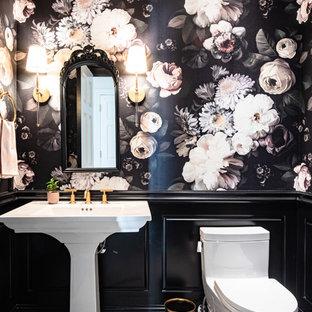 Idées déco pour un petit WC et toilettes classique avec un WC à poser, un mur noir, un sol en marbre, un lavabo de ferme et un sol blanc.