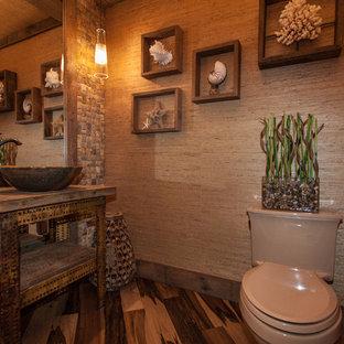 Réalisation d'un petit WC et toilettes ethnique avec une vasque, un placard sans porte, un plan de toilette en bois, un carrelage multicolore, un carrelage beige, un mur beige, un sol en bois brun, des portes de placard en bois vieilli, un WC séparé, un carrelage de pierre, un sol marron et un plan de toilette marron.