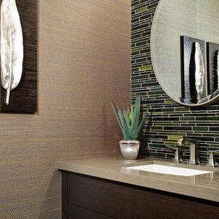 Свежая идея для дизайна: маленький туалет в современном стиле с врезной раковиной, плоскими фасадами, столешницей из искусственного кварца, разноцветными стенами, удлиненной плиткой, темными деревянными фасадами, бежевой плиткой и зеленой плиткой - отличное фото интерьера