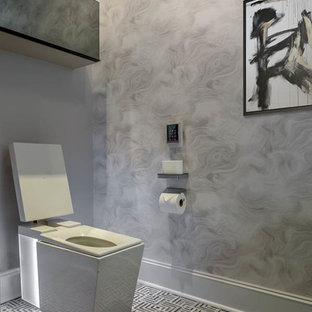 Exemple d'un petit WC et toilettes moderne avec un placard en trompe-l'oeil, des portes de placard blanches, un bidet, un carrelage noir et blanc, du carrelage en marbre, un sol en marbre, un lavabo intégré et un plan de toilette en calcaire.