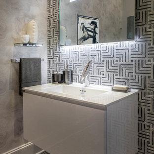ヒューストンの小さいモダンスタイルのおしゃれなトイレ・洗面所 (家具調キャビネット、白いキャビネット、ビデ、モノトーンのタイル、大理石タイル、大理石の床、一体型シンク、ライムストーンの洗面台) の写真