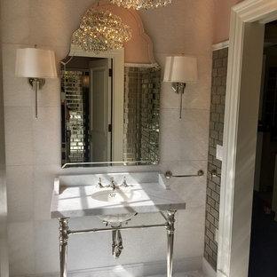 Inspiration pour un petit WC et toilettes traditionnel avec un carrelage blanc, des carreaux de miroir, un mur rose, un sol en marbre, un lavabo encastré, un plan de toilette en marbre et un sol multicolore.