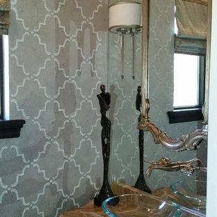 Свежая идея для дизайна: маленький туалет в стиле фьюжн с серыми стенами - отличное фото интерьера