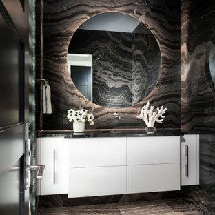 Пример оригинального дизайна: большой туалет в стиле модернизм с плоскими фасадами, белыми фасадами, биде, черной плиткой, мраморной плиткой, черными стенами, мраморным полом, врезной раковиной, мраморной столешницей, черным полом, черной столешницей и подвесной тумбой