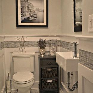 Стильный дизайн: туалет среднего размера в стиле современная классика с раздельным унитазом, серой плиткой, серыми стенами, мраморным полом, подвесной раковиной и мраморной плиткой - последний тренд